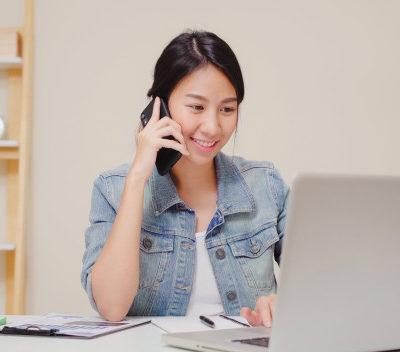 femme-asiatique-belle-entreprise-intelligente-vetements-decontractes-travaillant-ordinateur-portable-parler-au-telephone-tout-etant.jpg